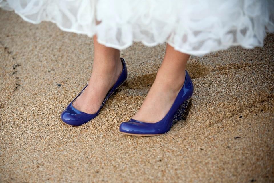 kolorowe buty do ślubu krótka sukienka