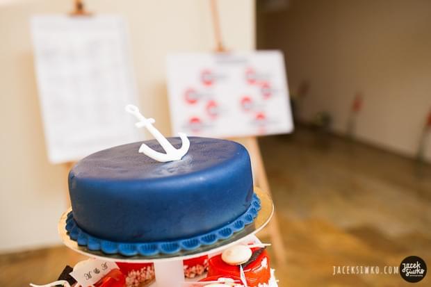 ślub w stylu żeglarskim pomysły zdjęcia tort z żeglarskim motywem