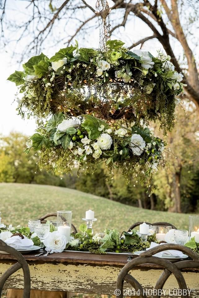 żyrandole udekorowane kwiatami na wesele