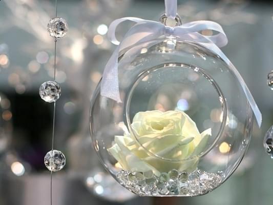 świecznik szklana kula szklane bańki kwiaty
