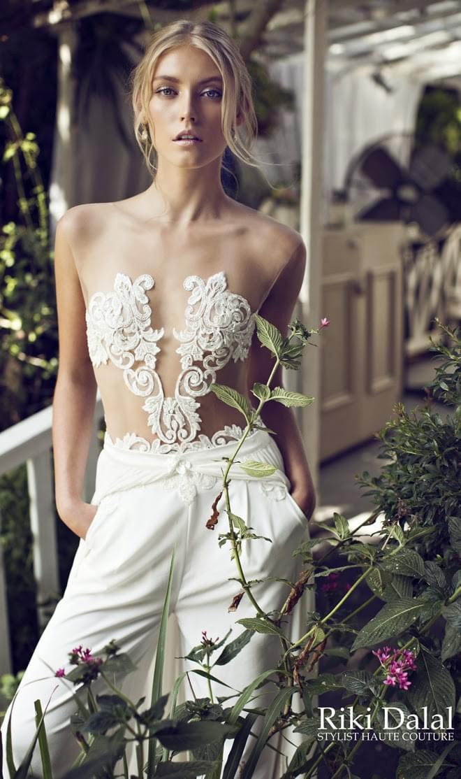 Riki Dalal suknie ślubne z oronka sesksowne kobiece długie lejące blog ślubny inspiracje boho elegant wyzywająca suknia ślubna kronka z przodu