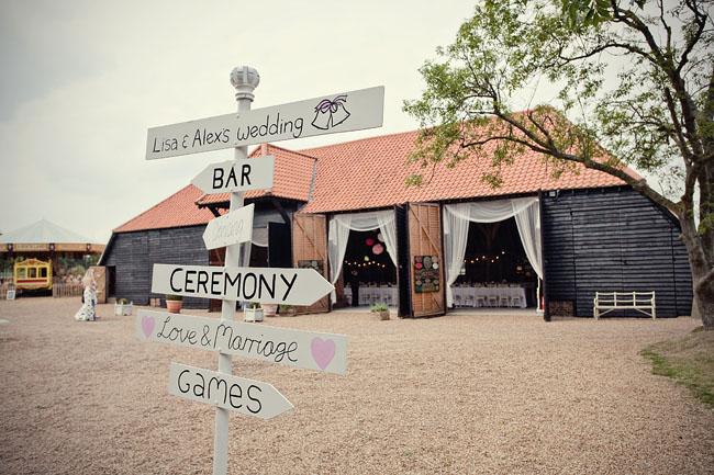 tablice na weselu wiejskie rustykalne wesele w plenerze w stodole