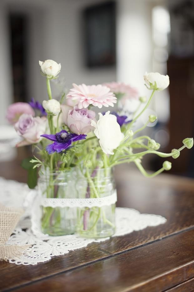 rustykalny slub stylizacje vintage babeczki sesja stylizowana ślub kwiaty w słoikach słoiki wesele dekoracje