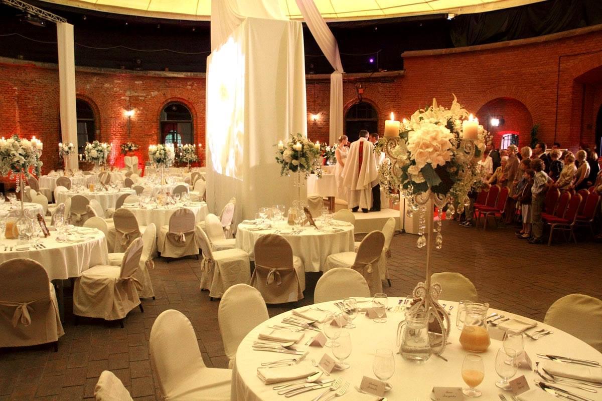 wymarzone miejsce na wesele w polsce forteca kręglickich ustawienie stołów na wesele okrągłe stoliki