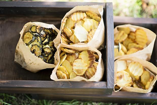 Letni vintage podwieczorek panieński w ogrodzie_chipsy warzywne