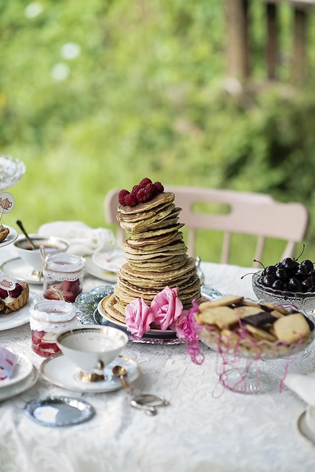 Letni vintage podwieczorek panieński w ogrodzie_pancake tower