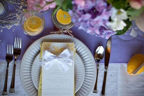 żółty przeowdni kolor wesela slubu inspiracje dekoracje cytrynowe  menu