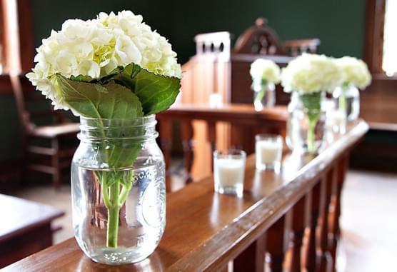 kwiaty weselne w słoikach wazony