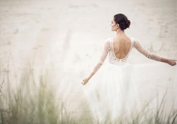 wycięty dekolt z tyłu suknia