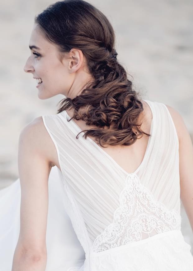 nietypowy dekolt suknia ślubna zdjęcie