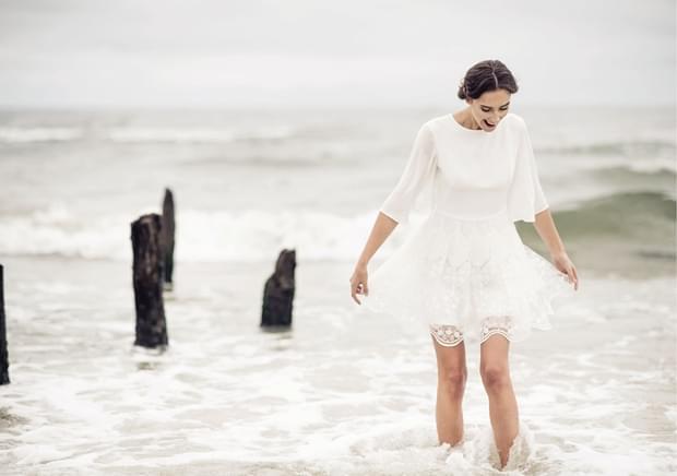 krótka suknia ślubna z koronki zdjęcie
