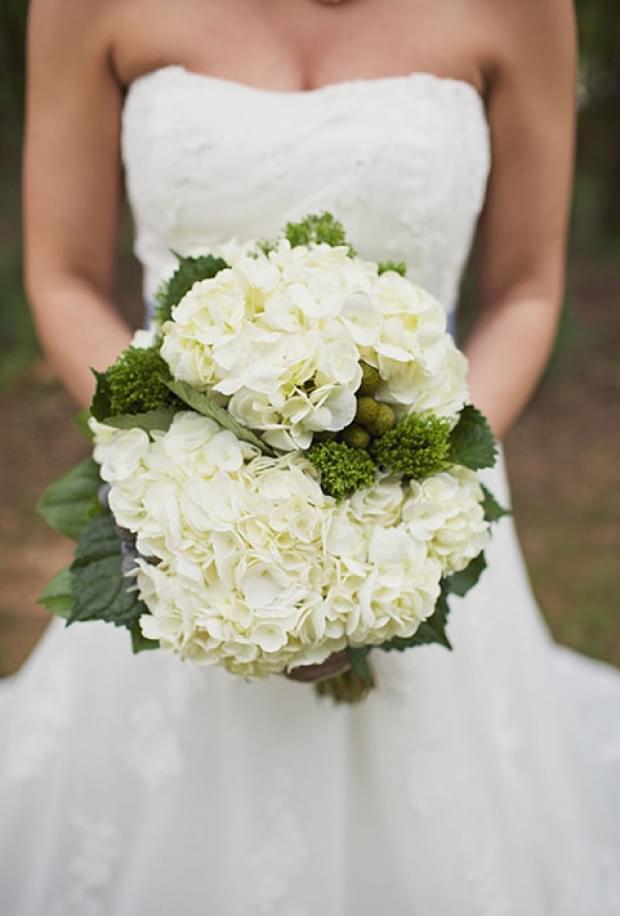Bukiet ślubny z białych hortensji / źródło: brides.com