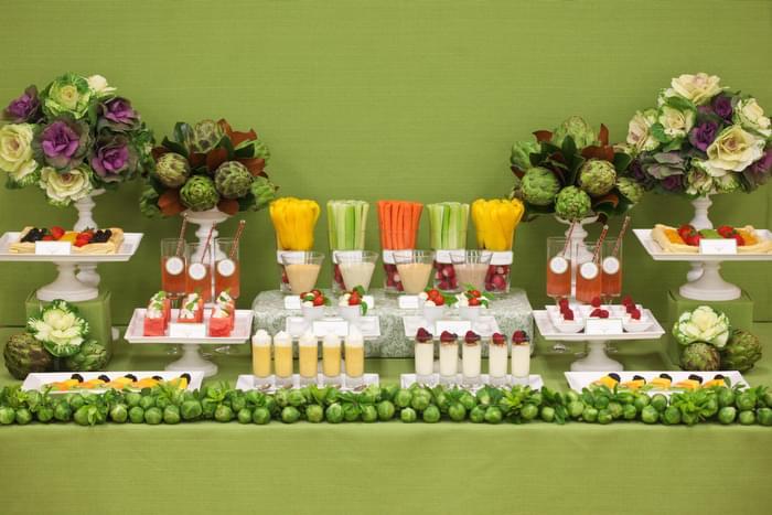 stół z warzywnymi i owocowymi przekąskami wesele