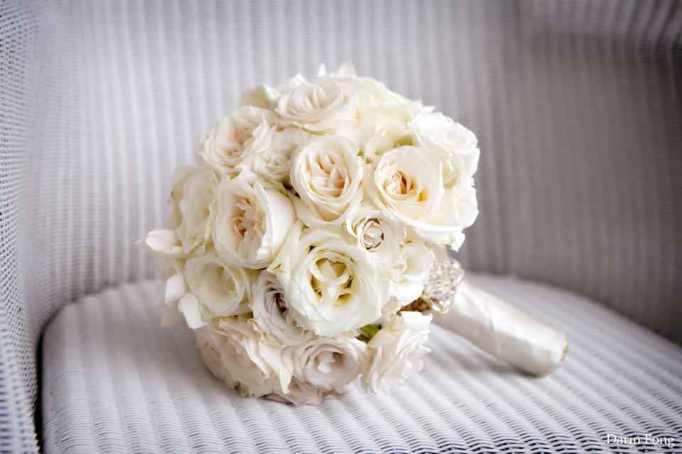 Klasyczny bukiet ślubny z białych róż / zdjęcie: fongphotography.com