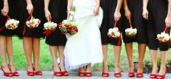 panna młoda i druhny w czerwonych butach