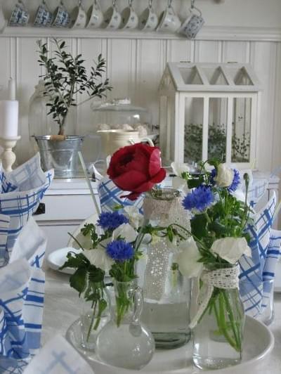 dekoracje rustykalne na wesele klatki kawiaty na stole