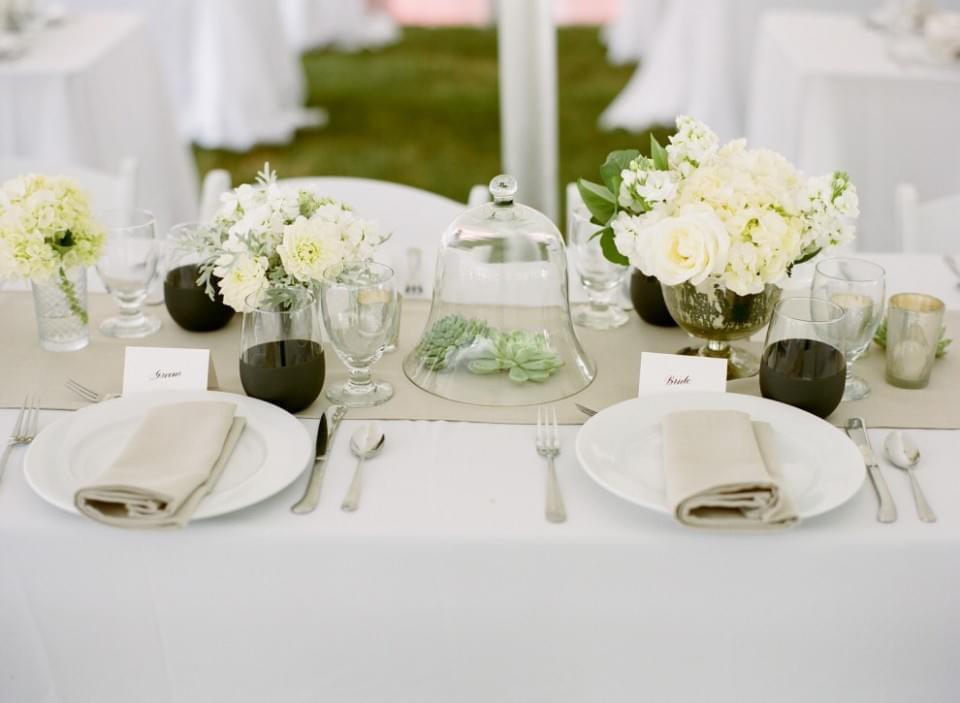 Zobaczcie jak pięknie prezentuje się prosta i minimalistyczna dekoracja stołu weselnego - efekt popsuć mogą tylko...powystawiane napoje!