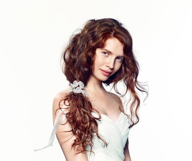 romantyczna fryzura ślubna 2015 długie włosy (3)
