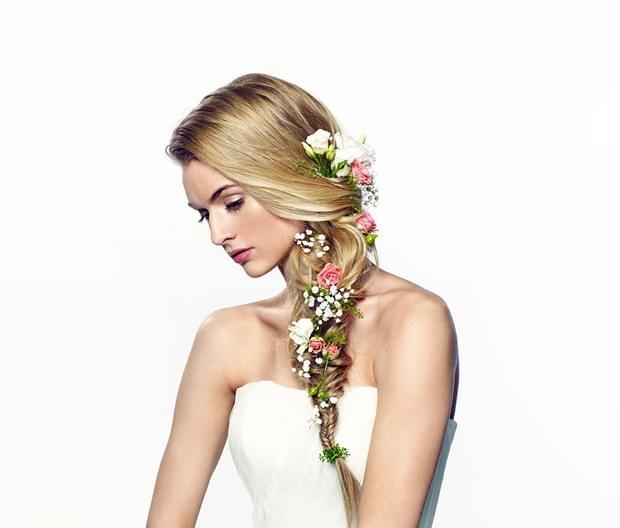 romantyczna fryzura ślubna 2015 z kwiatami wianek