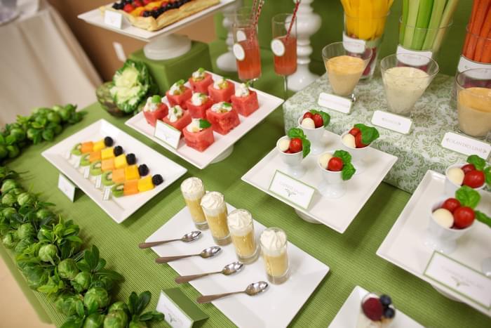 stół z owocami i przekąskami na wesele