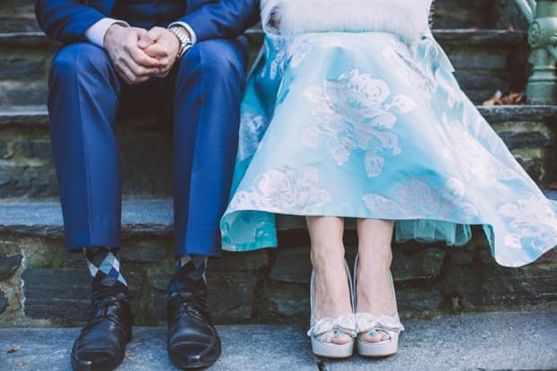 niebieska suknia ślubna i platformy