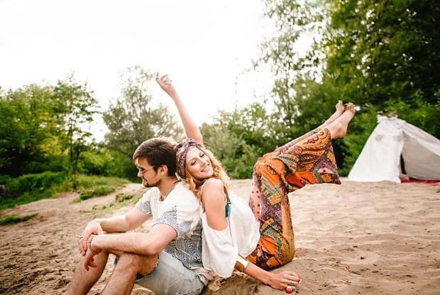 stylizowana sesja narzeczeńska hippie zdjęcie (24)