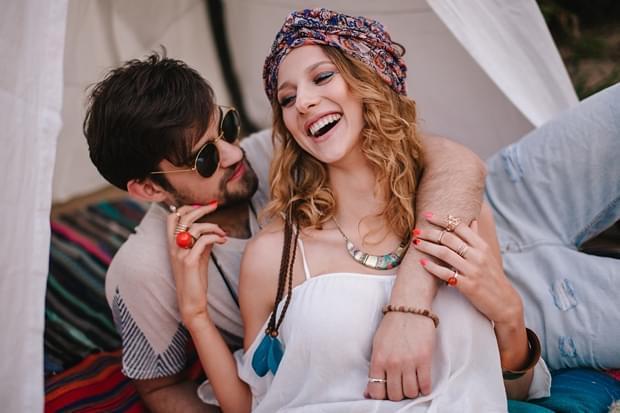 stylizowana sesja narzeczeńska hippie zdjęcie (4)