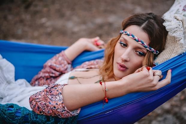 stylizowana sesja narzeczeńska hippie zdjęcie (42)