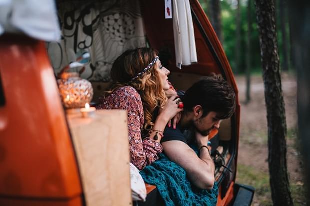 stylizowana sesja narzeczeńska hippie zdjęcie (52)