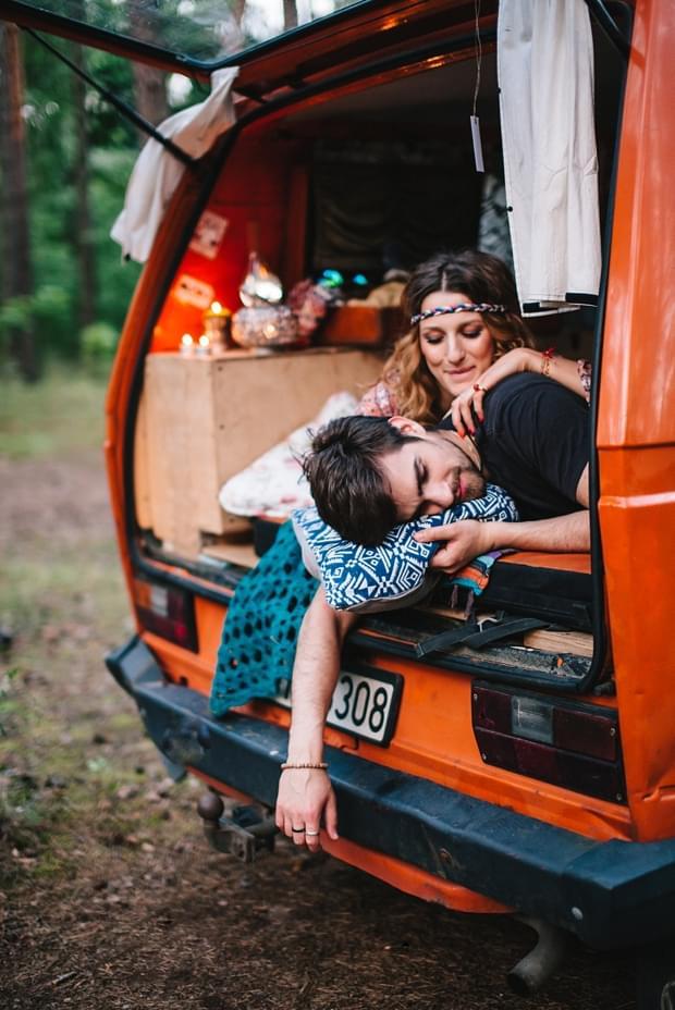 stylizowana sesja narzeczeńska hippie zdjęcie (59)