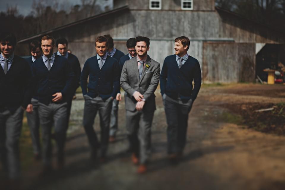 swetry i niebieskie koszule dla pana młodego na ślub jesienią