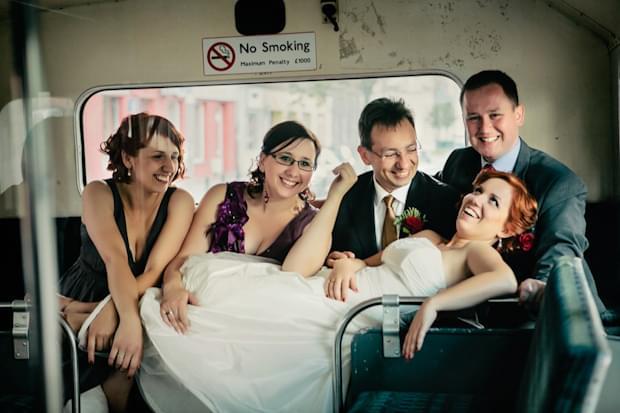 zdjęcie ślubne w autobusie