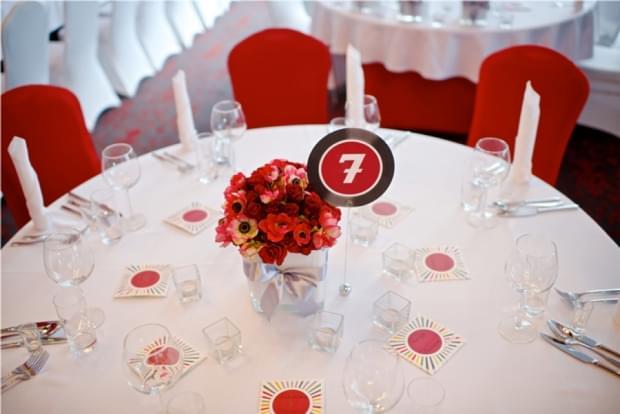 bukieciki na stołach czerwone anemony