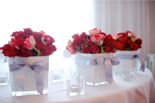 bukieciki na stołach róże i czerwone anemony