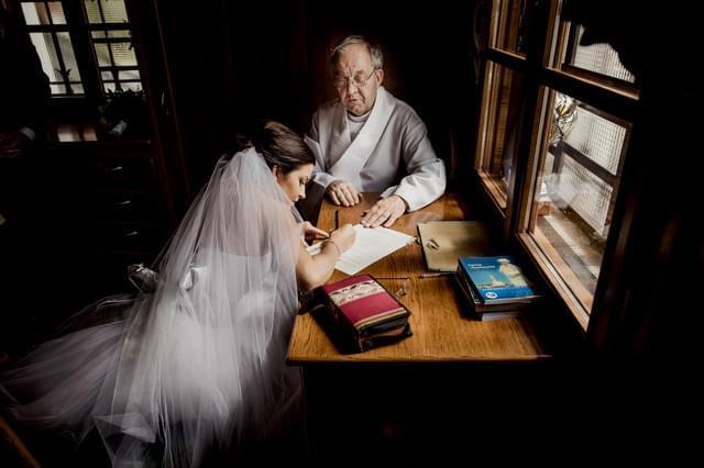 podpisywanie dokumentów w kościele zdjęcie