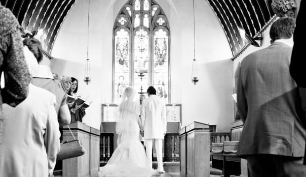zdjęcie z ceremonii ślubnej w kościele