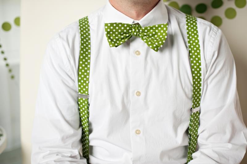 zielone szelki i muszka w kropki.jpg