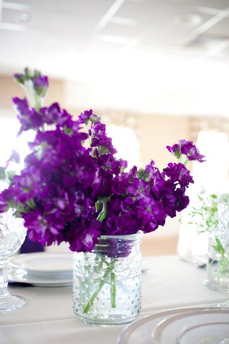 kwiaty w szklanych wazonach na stół