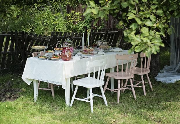 Letni vintage podwieczorek panieński w ogrodzie