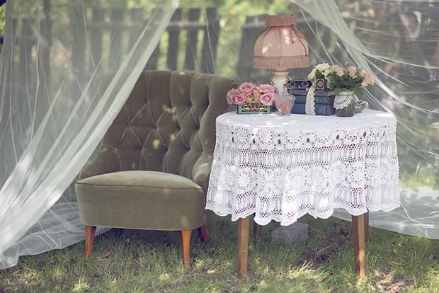 Letni vintage podwieczorek panieński w ogrodzie_fotel