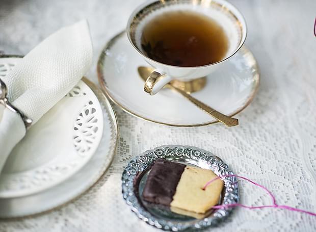 Letni vintage podwieczorek panieński w ogrodzie_herbata