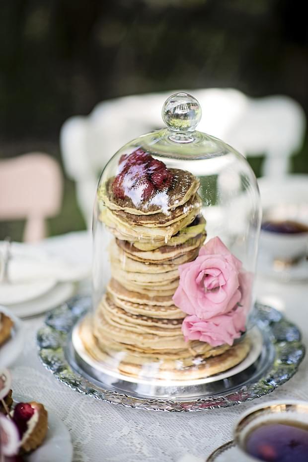 Letni vintage podwieczorek panieński w ogrodzie_pancake tower pod kloszem
