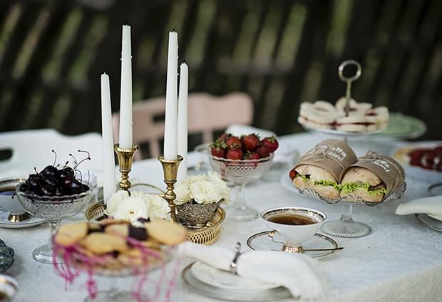 Letni vintage podwieczorek panieński w ogrodzie_szklane pucharki