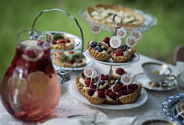 Letni vintage podwieczorek panieński w ogrodzie_tartaletki z owocami