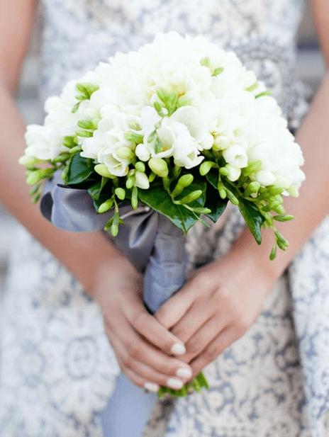 Bukiet z białych frezji / źródło: Pinterest via bouquet-bouquet.com