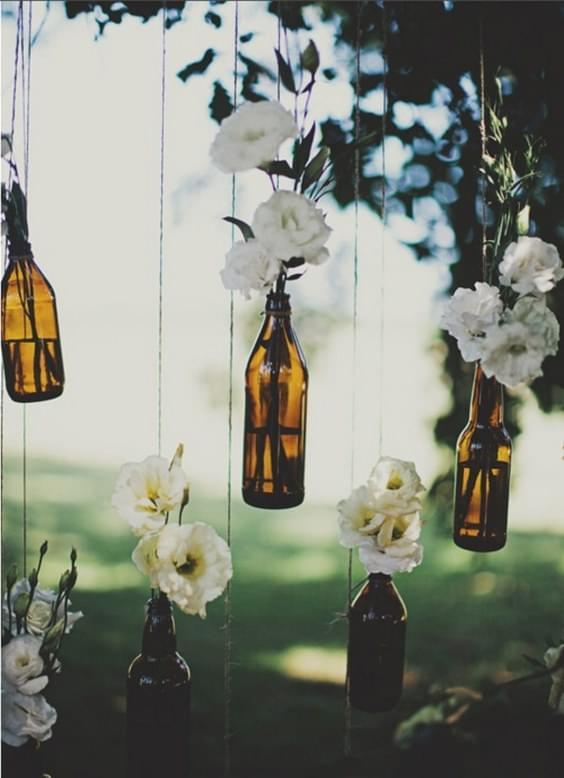 butelki_wiszace_z_kwiatami_zdjecie