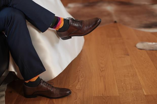 buty ślubne i kolorowe skarpetki pan młody