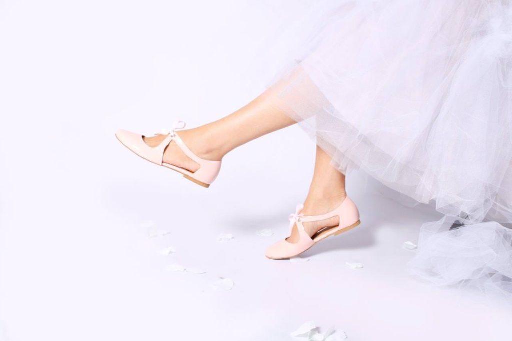 e1b86f6fc6d9a Muszą nie tylko być piękne i pasować do wymarzonej sukni, ale także wygodne,  bo trudno sobie wyobrazić idealny ślub z obolałymi stopami.