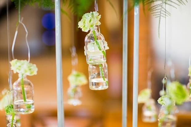 kwiaty w wiszących wazonikach zdjęcie