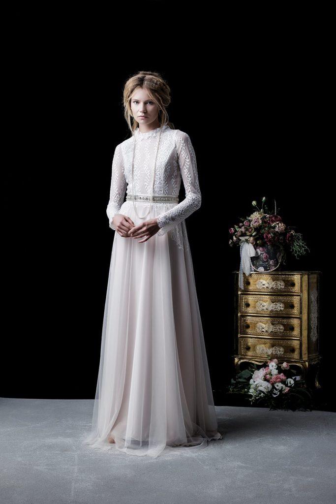 07f2150191 Można wśród nich znaleźć suknie o przeróżnych fasonach – praktycznie dla  każdej sylwetki. Brak ciasnych i bardzo dopasowanych krojów sprawia